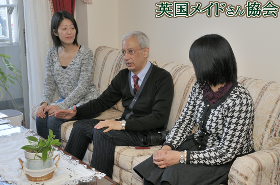 ジュンチヤバリ茶園オーナーのローチャン氏(中央)